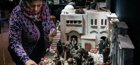 Grootste kerststal van Europa van 1800 figuren slechts deels opgebouwd: 'Willen steentje bijdragen aan kerstsfeer'