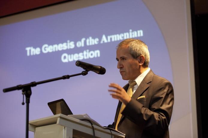 De Turkse professor Kemal Cicek verwoordde gisteravond het standpunt van de Turken in de 'Armeense kwestie'. Foto: Rikkert Harink