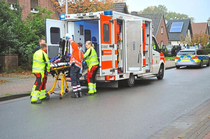 De neergeschoten advocaat wordt in de ambulance getild