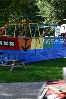 Te koop: regenboogboot