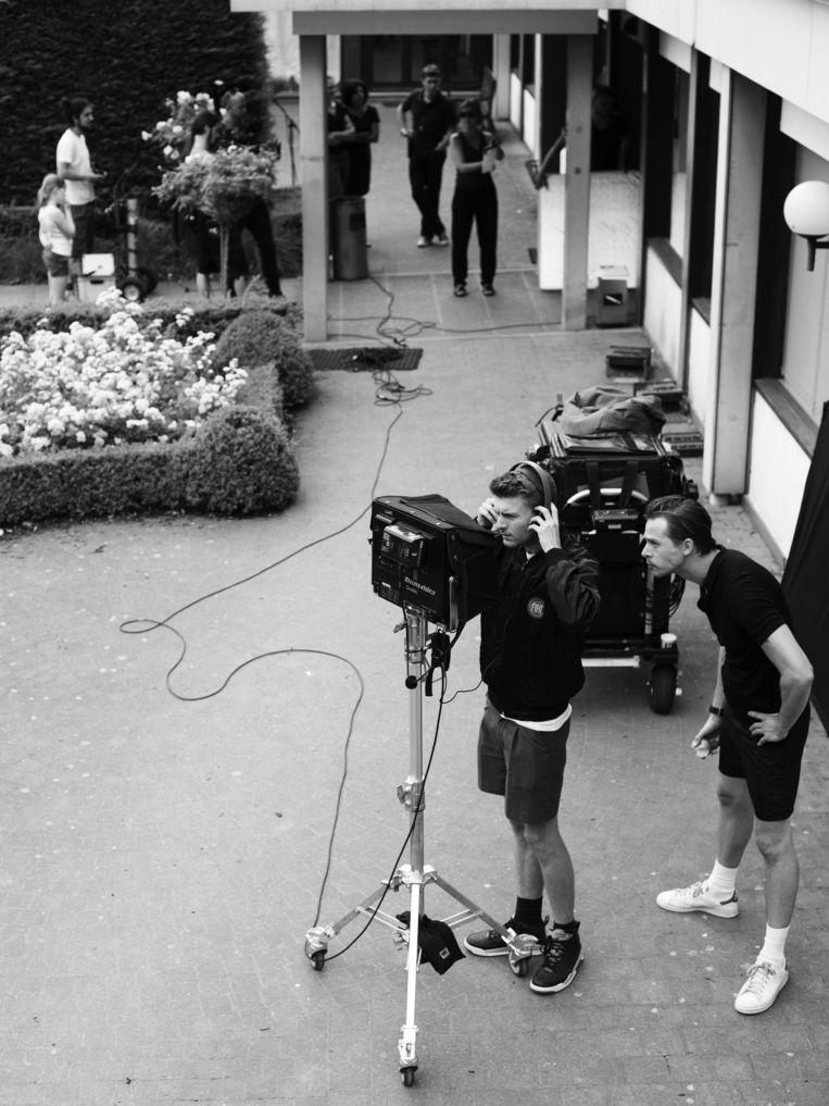 De jonge regisseur Leonardo Van Dijl (achter camera) met een acteur op de set.