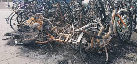 Brand achter station Oss legt fietsen en scooter in de as