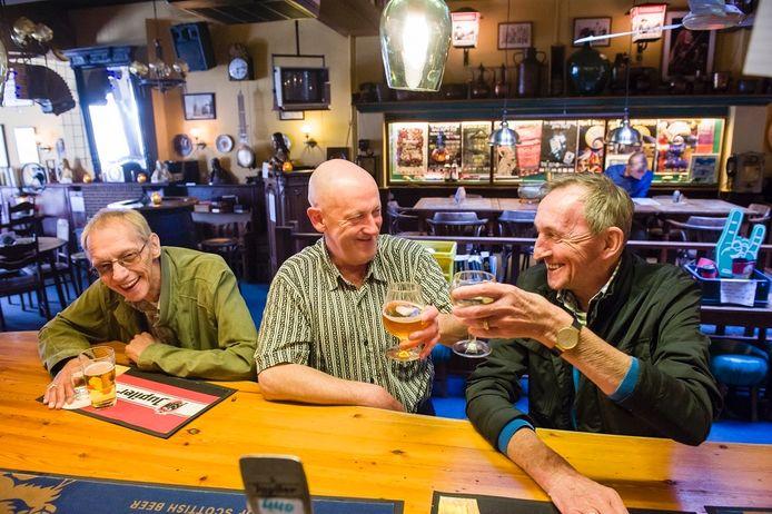Will van Haaren (midden) in hotel-café Terminus aan de Boschveldweg