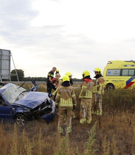 Auto slaat meerdere keren over de kop op A77