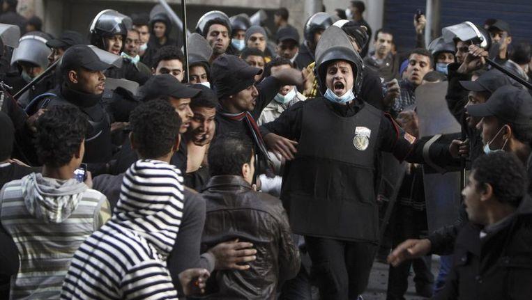 Egyptische rellenpolitie probeert demonstranten uiteen te jagen. Beeld reuters