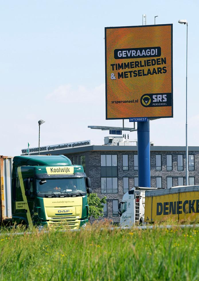 Op zoek naar werk? Check even de vacatures op de reclamemast langs de A15 bij Hardinxveld-Giessendam.