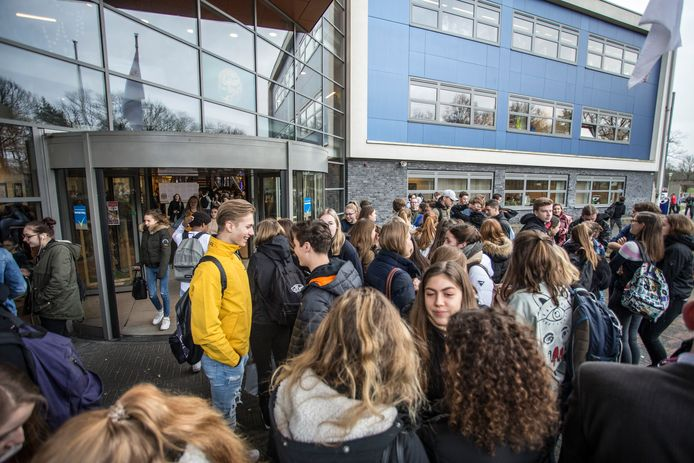 Leerlingen op het Staring College betuigen steun voor de docent Frans.