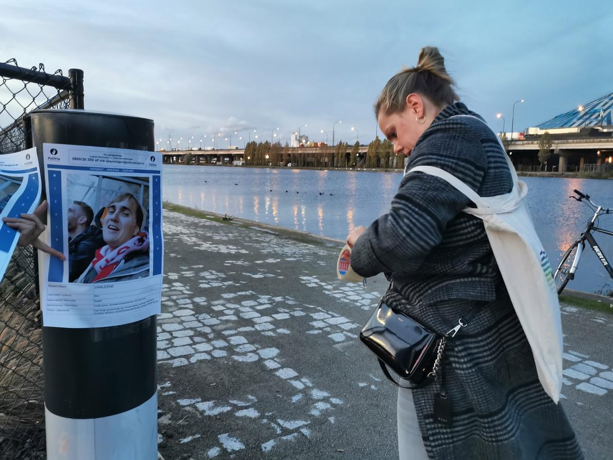 Vrienden en familie van Ben Vanleene hingen affiches op en deelden pamfletten uit in en rond het premetrostation Schijnpoort.