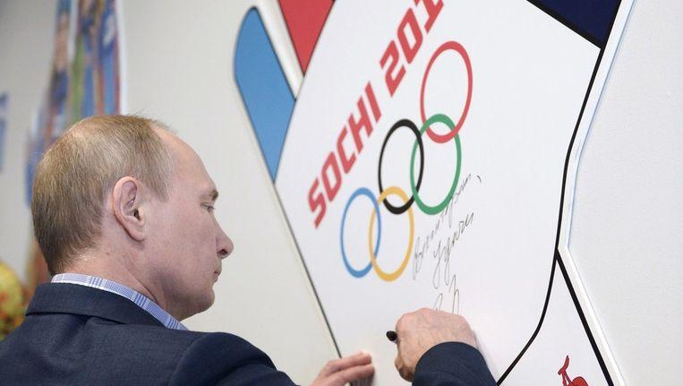 De Russische president Vladimir Poetin bezoekt het olympisch sportcentrum in Sotsji. Beeld afp
