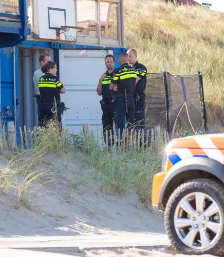 Zwetende agent moet in vol ornaat strand op:  'Onverantwoord'