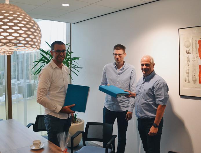 V.l.n.r: Jesper Weiland (eigenaar Exonet), Robin Mulder (eigenaar Exonet) en wethouder Nanne van Dellen.