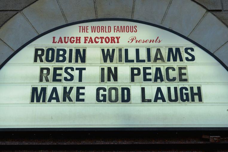In de jaren tachtig trad Robin Williams als stand-up comedian regelmatig op in The Laugh Factory in Los Angeles, een comedytheater met een lange geschiedenis. Het theater nam dinsdag afscheid van Williams met de geveltekst: 'Rust in vrede. Laat God lachen.' Beeld Getty Images