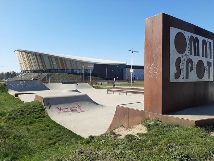 De skatebaan naast Omnisport Apeldoorn lag er dinsdag aan het begin van de middag verlaten bij.