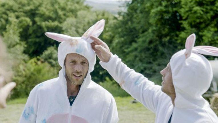 Staf en Mathias Coppens testen als wilde konijnen wie het beste jachtinstinct heeft: zijn dat de mannen of de vrouwen?