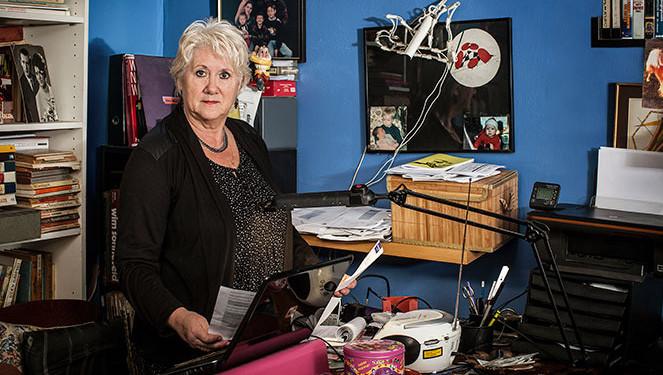 Mieke van Westerloo heeft reuma en diabetes. Een jaarlijkse kuur om de reuma te verlichten, werd opeens niet meer vergoed. Reden voor haar om de zorgverzekeringen eens goed uit te pluizen.