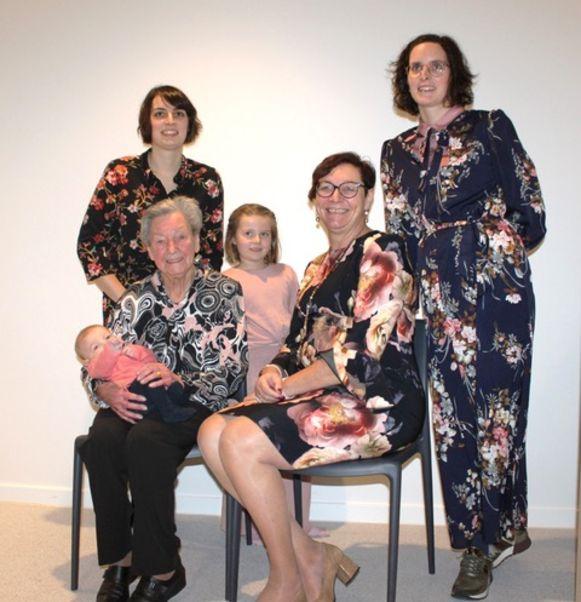 Schepen Linda Detailleur (tweede van rechts) met haar familie.