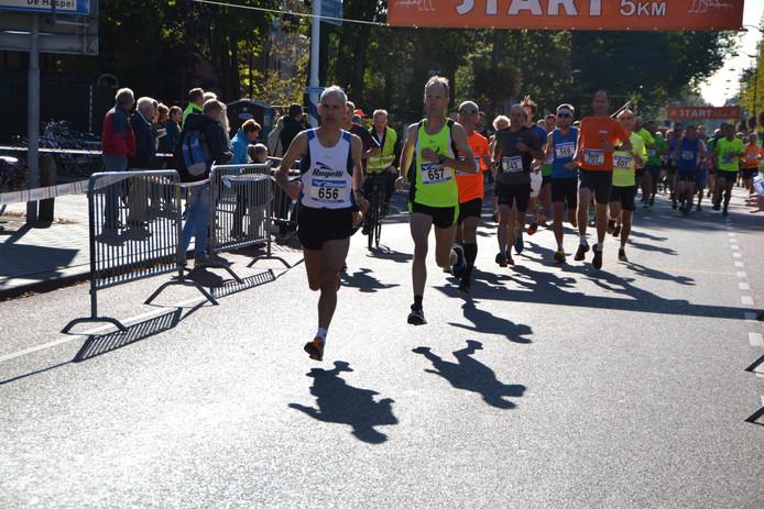 Masters Richard van Oosterhout (AVR'90) 656 en Toon Heeren (Achilles LTV) 657 gingen vanaf de start in Bosschenhoofd aan de leiding.