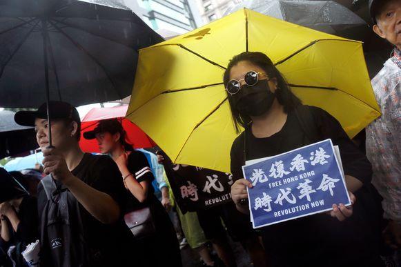 """Een betoger met de slogan """"Bevrijd Hongkong, tijd voor revolutie"""" tijdens de betoging in Taipei, de hoofdstad van Taiwan."""