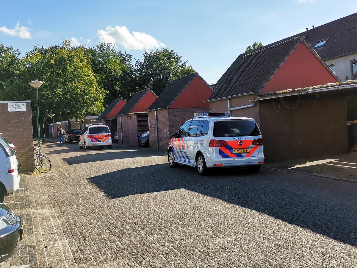 Politie is aanwezig in de straat waar de woningoverval in Veenendaal plaatsvond.