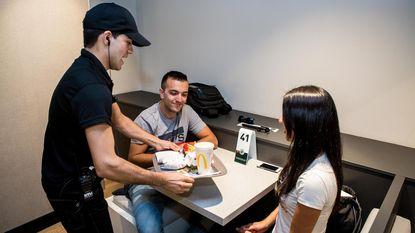 Nieuw in Brugge: McDonald's bedient ook aan tafel