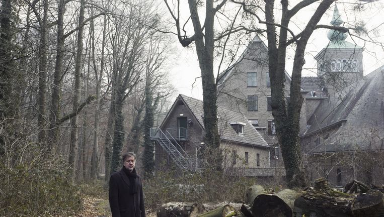 Sergej Kreso voor het voormalig klooster Sweikhuizen in Schinnen, dat dient als asielzoekerscentrum. hier heeft hij zelf ook gewoond. Beeld Linda Borst