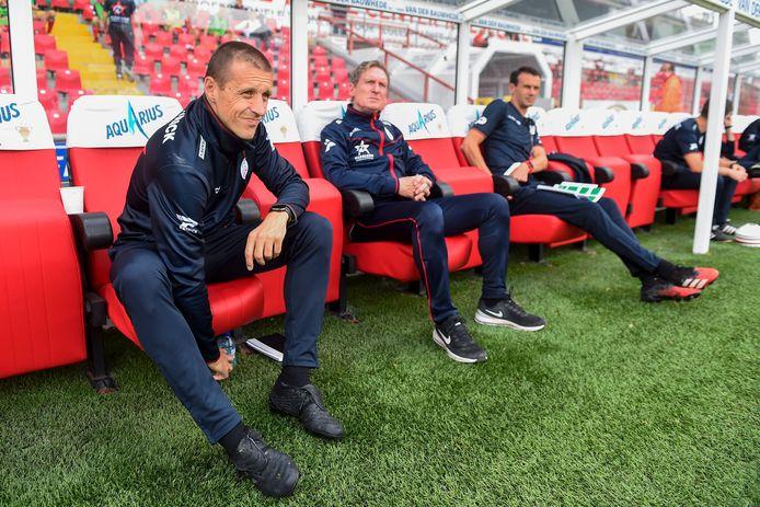 """Francky Dury met zijn twee jonge assistenten. Simons: """"Je kan als coach iets aanreiken. Maar de spelers beslissen zelf wat ze doen met die raadgevingen."""""""