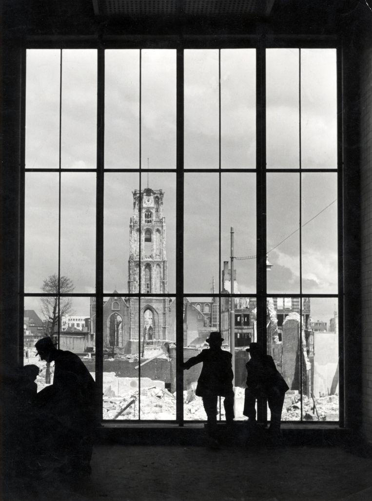 Rotterdam na het bombardement van 14 mei 1940, met de resten van de Sint Laurenskerk gezien door een grote raampartij.  Beeld W. van der Randen / Nationaal Archief