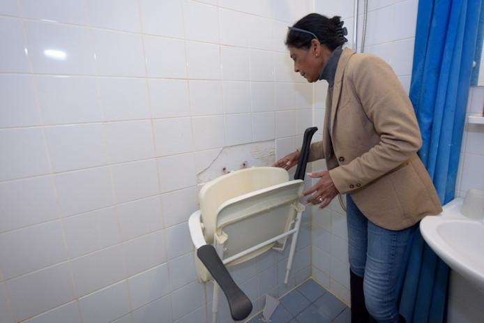 De afgebroken douchestoel in de badkamer van Hans Rijpma.