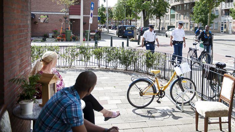 Politieagenten in de Haagse Schilderswijk. Beeld null