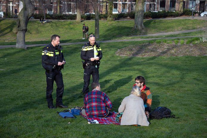 Agenten schrijven coronaboetes uit in het Kronenburgerpark in Nijmegen. Archieffoto.