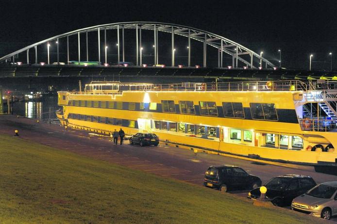 De John Frostbrug in Arnhem in het avondlicht.