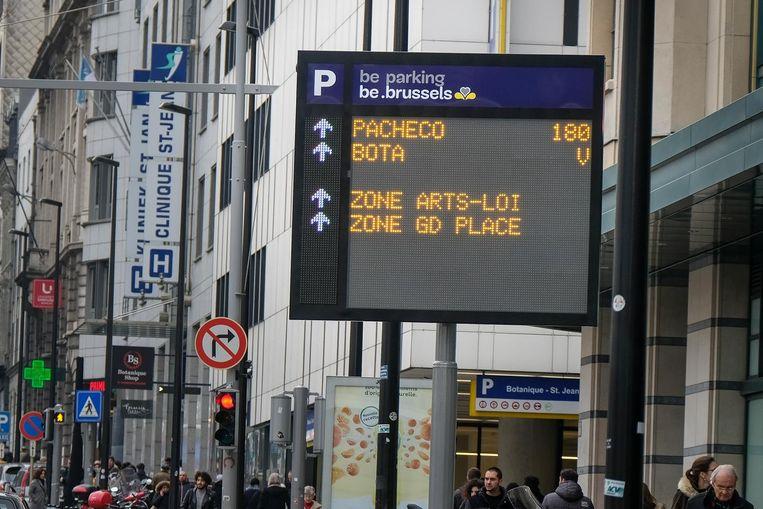 Op het Rogierplein komt binnenkort een nieuw parkeergeleidingsbord.