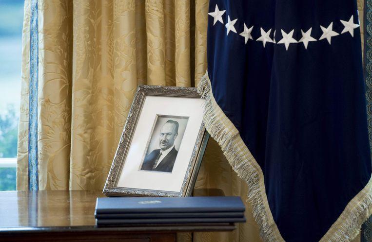 Een foto van Fred Trump, de vader van de Amerikaanse president Donald Trump, in diens werkkamer in het Witte Huis in Washington. Beeld AFP