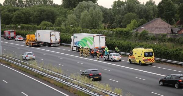 Flessen lachgas gevonden na ongeluk op A2 bij Liempde, gevluchte bestuurder die op vrachtwagen reed is aangehouden.