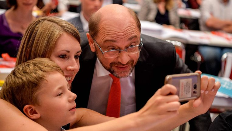 Martin Schulz gaat op de foto tijdens het partijcongres van de SPD in Dortmund. Beeld afp