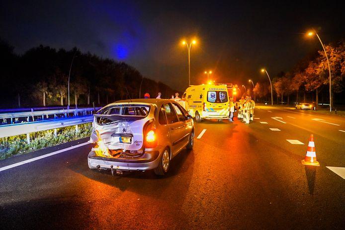 Een busje is op de A50 bij Eindhoven op een personenauto gebotst.