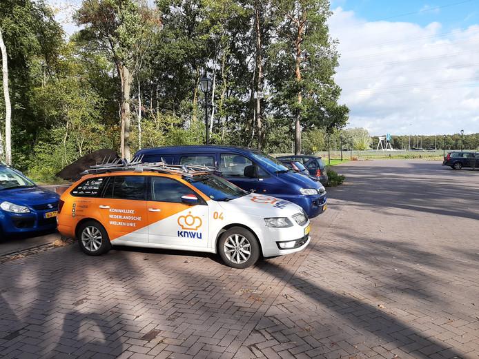 Een auto van de KNWU op de parkeerplaats van Van der Valk Hotel Apeldoorn