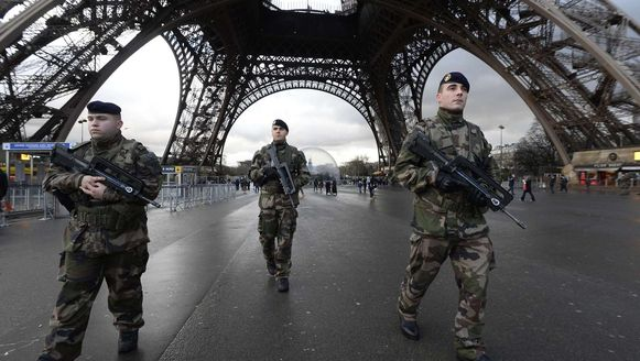 Militairen bij de Eiffeltoren na de aanslag op Charlie Hebdo.
