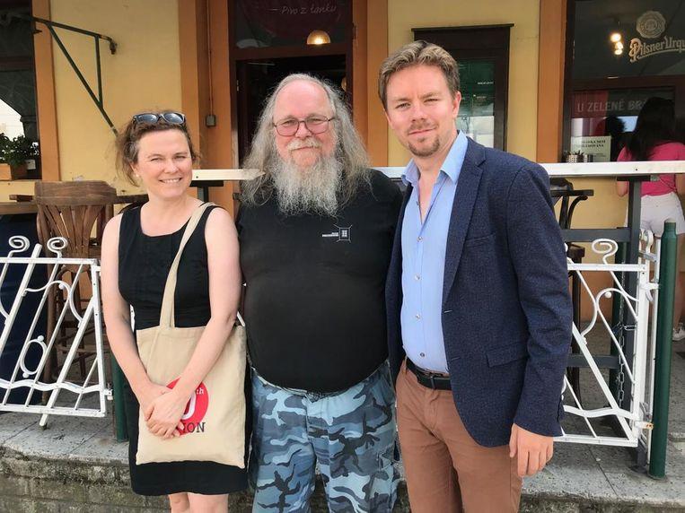 Links de Tsjechische journalist Magdalena Sodomkova, rechts correspondent Jenne Jan Holtland. In het midden Tsjechische schrijver en dissident Frantisek Stárek, die zij samen interviewden. Beeld Jenne Jan Holtland
