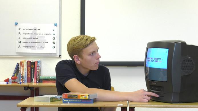 Sem (15) kijk vol verbazing naar de oude kleurentv met videorecorder