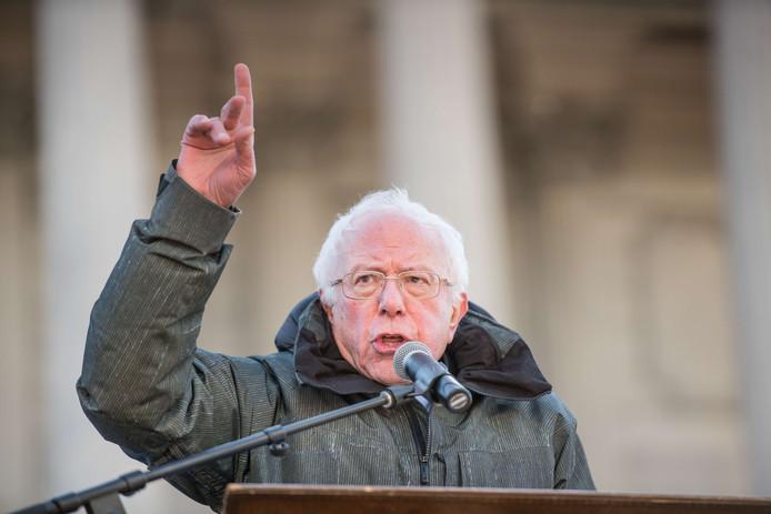 De Amerikaanse senator Bernie Sanders tijdens zijn speech in South Carolina waarin hij president Trump een racist noemde.