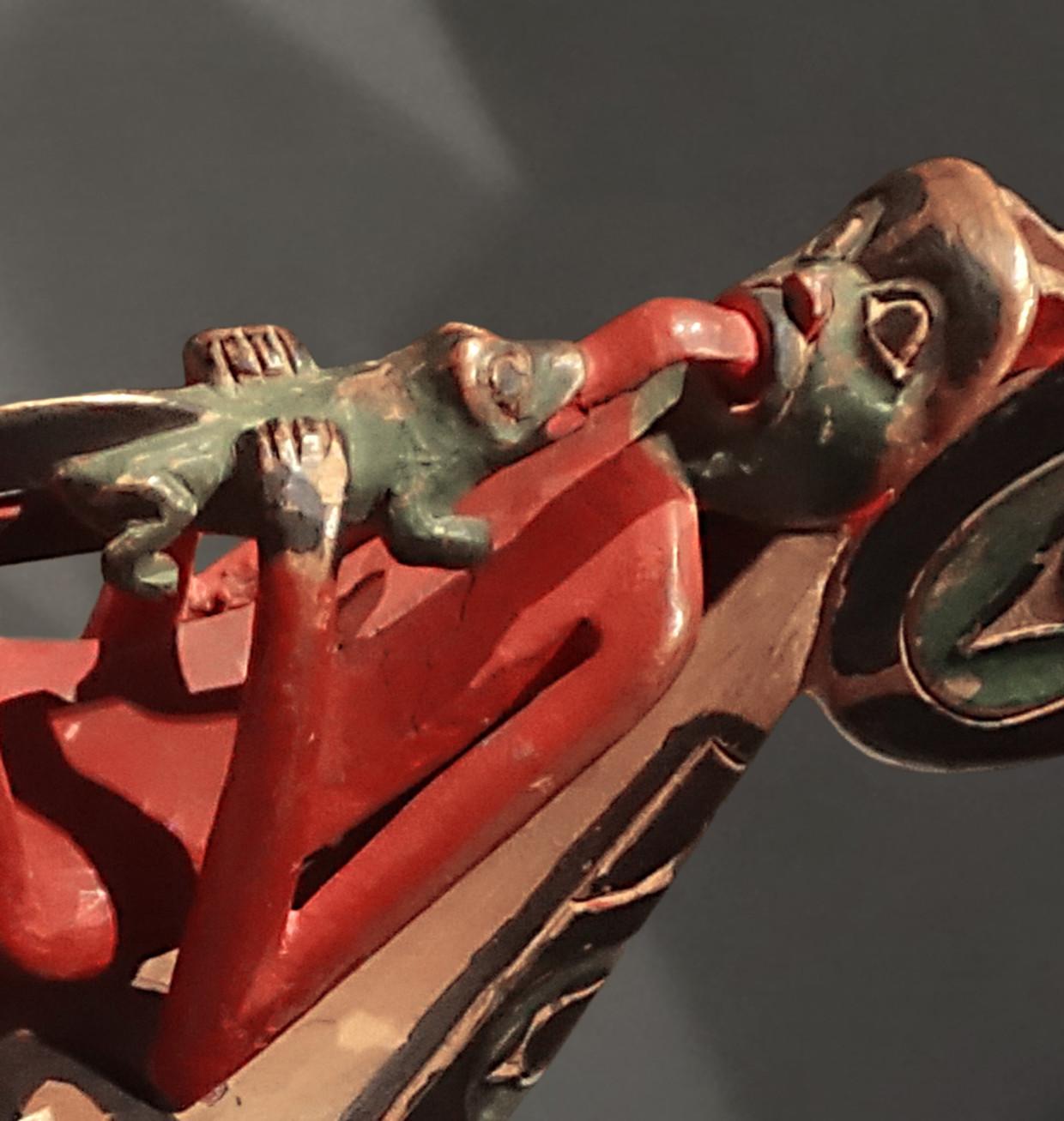 De lange tong op deze ravenrammelaar van de Tlingit staat voor de verbondenheid tussen mensen en dieren. Beeld Collectie the Fine Arts Museums of San Francisco