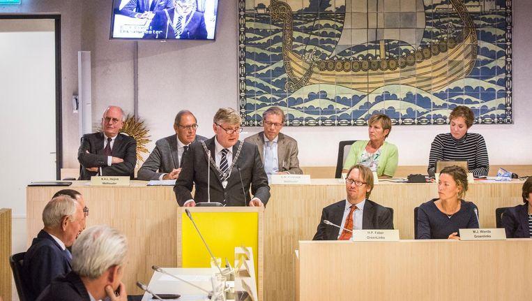 Elbert Roest spreekt na zijn beëdiging als burgemeester de gemeenteraad van Bloemendaal toe Beeld Dingena Mol