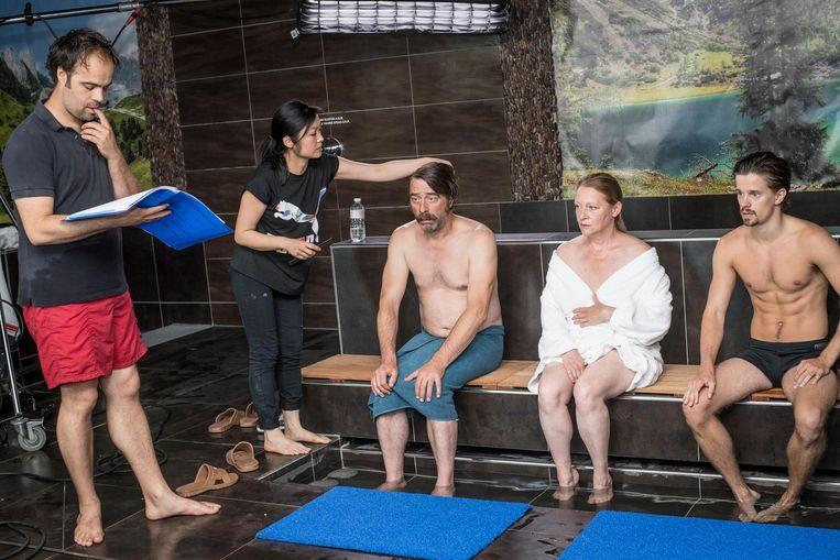 Acteur Wim Willaert wordt nog snel wat bijgewerkt voor een scène in het wellnesscenter.