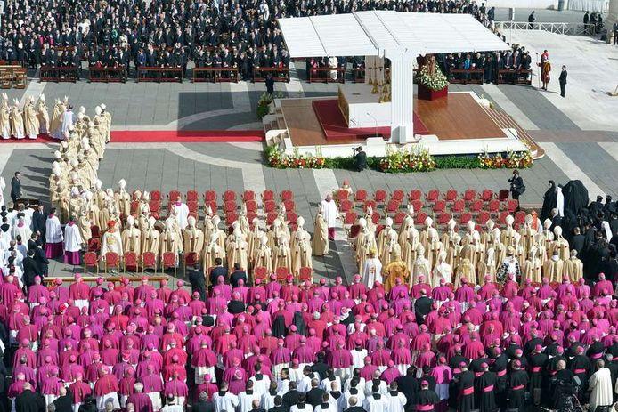 De paus en de kardinalen arriveren bij het podium op het Sint-Pietersplein.
