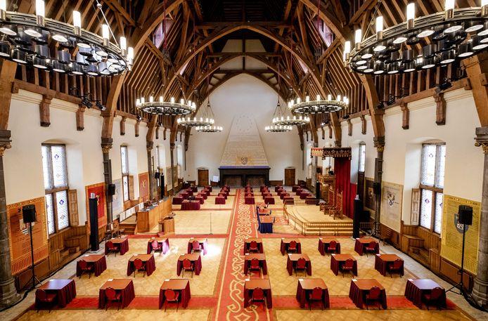 De Eerste Kamer vergadert tijdelijk in de Ridderzaal, omdat daar meer ruimte is.