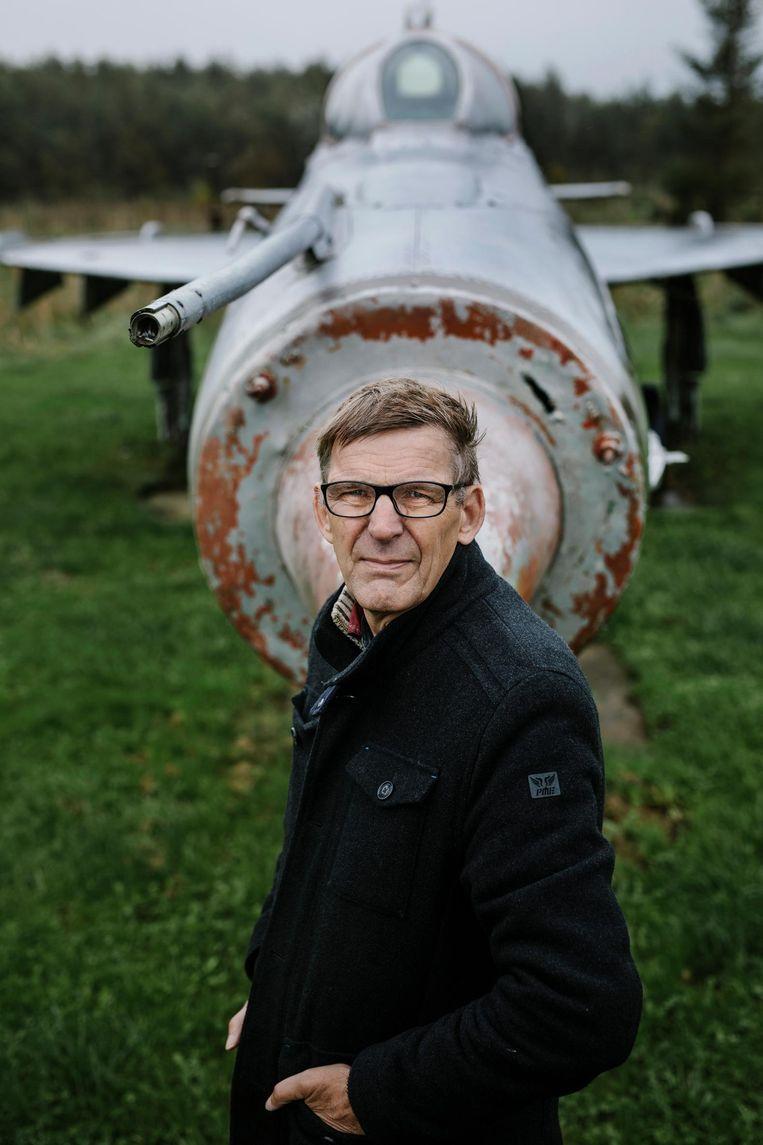 Bob Crébas, voor de MIG die hij ooit via Marktplaats kocht van een boer in Drenthe Beeld Marc Driessen