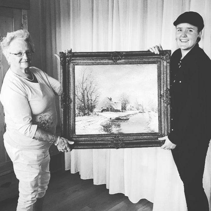 Mien Waijer en kleindochter Silke Nuijten houden samen een schilderij vast van Henk Guth, de oom van oma.