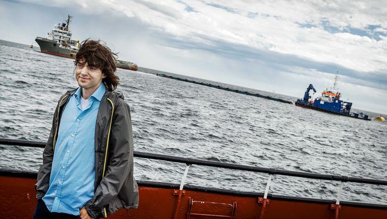 Initiatiefnemer Boyan Slat tijdens de plaatsing van het eerste prototype van The Ocean Cleanup voor de Nederlandse kust.