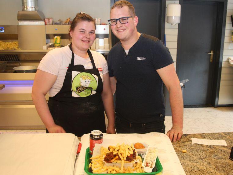 Shana en Jens zorgen voor krokante frietjes en huisbereide warme sauzen.